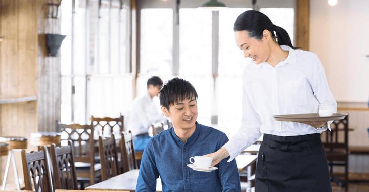 コーヒーを提供する店員