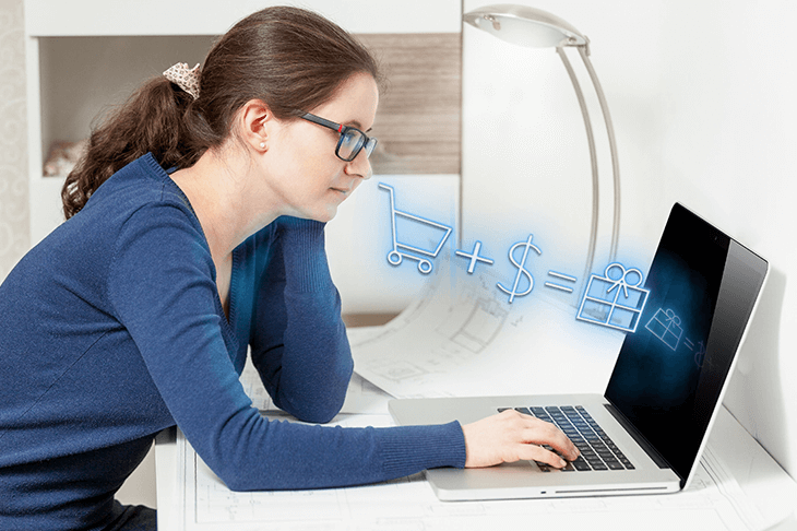 PCと眼鏡をかけた女性