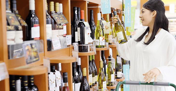 ワイン売り場にいる女性