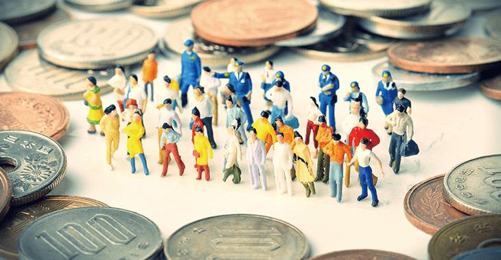 小銭と小さい人形