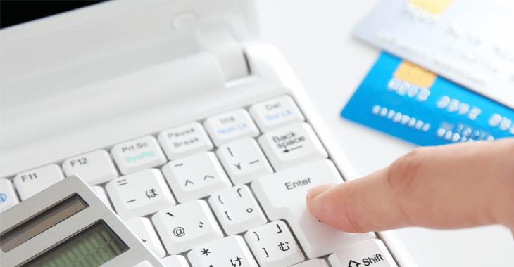 ノートPCとクレジットカード