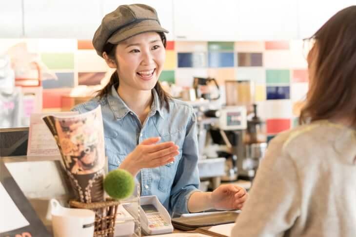 笑顔が素敵な店員さんとお客さん