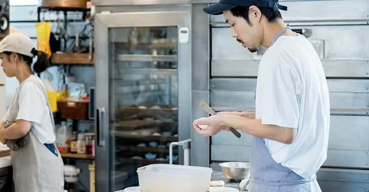 厨房で作業中の男性