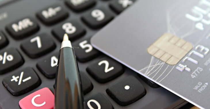 電卓とカードとペン